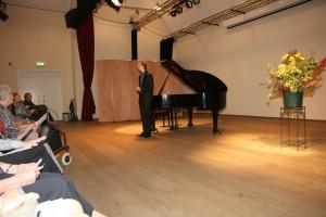 Tobias Borsboom neemt applaus in ontvangst aan het eind van zijn recital op 12 oktober 2014 te Oostvoorne