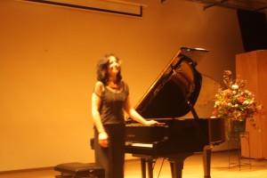Maria Petkova bedankt het publiek kort voor de pauze.