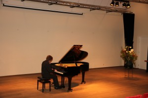 """Recital door Frank van de Laar op zondag 8 december 2013 in zaal """"de Man"""" te Oostvoorne. Inspelen voor het concert. Foto: Julius Röntgen."""