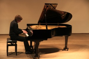 """Recital door Frank van de Laar op zondag 8 december 2013 in zaal """"de Man"""" te Oostvoorne. Foto: Julius Röntgen."""