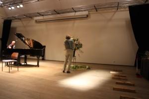 Els van Roosmalen bezig met het bloemstuk