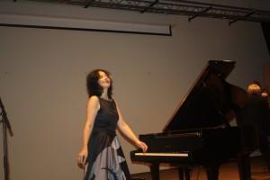 Maria Petkova bedankt het publiek aan het eind van haar recital.