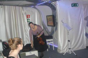 Classic Express op 22 juni 2016 in Rockanje. De violiste stemt haar instrument.